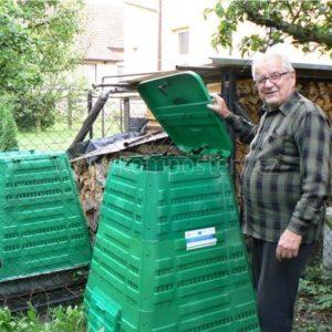 Josef Kubiš ze Zubří. Na fotografii je kompostér v jeho a také v sousední zahradě.